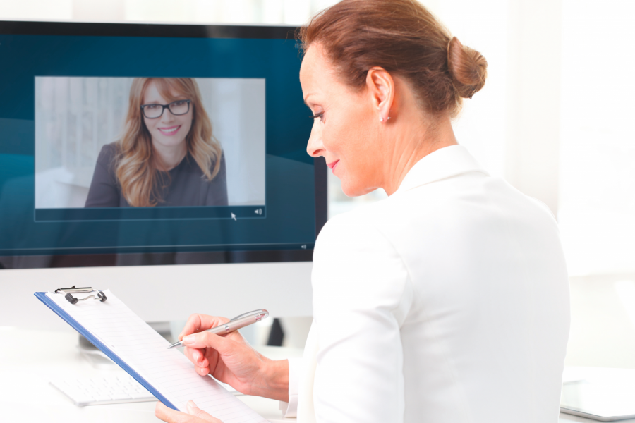 Portrait of a middle age businesswoman sitting at her workplace and video conferencing with her colleague. Bild: sepy/stock.adobe.com