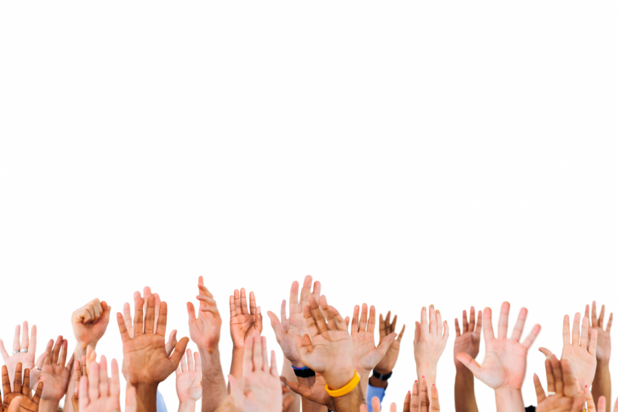 Multi ethnic people's hands raised. Bild: Rawpixel.com/stock.adobe.com