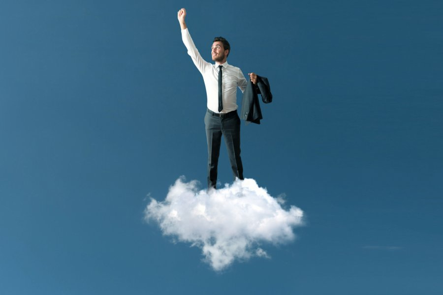 Success of a businessman over a cloud Bild: alphaspirit/stock.adobe.com